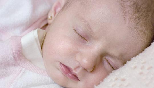 Si el bebé es niña, ¿le ponemos pendientes?