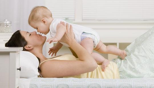 Madre soltera jugando con su hijo