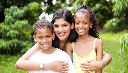 Madre junto a sus hijos adoptados