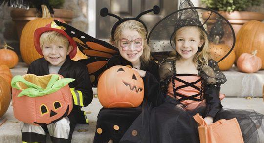 Niños con calabazas y disfraces típicos de Halloween