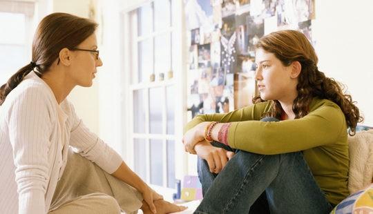 Madre hablando con su hija sobre el alcohol y las drogas
