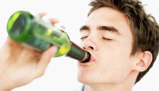 Adolescente bebiendo alcohol