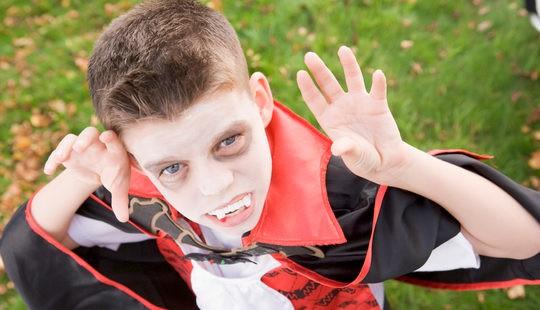 Niño disfrazado de Drácula