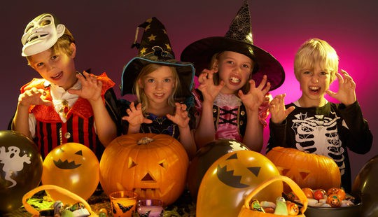 Niños disfrazados celebrando Halloween