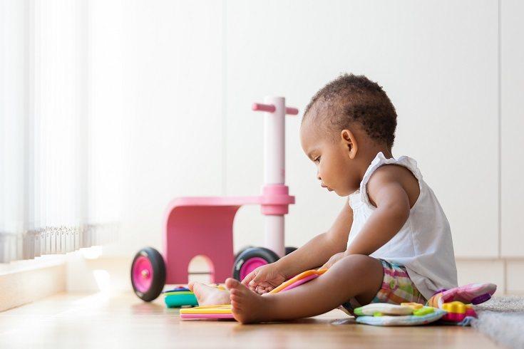 Cuando practique moverse a una posición sentada, incita a tu pequeño con su propio reflejo