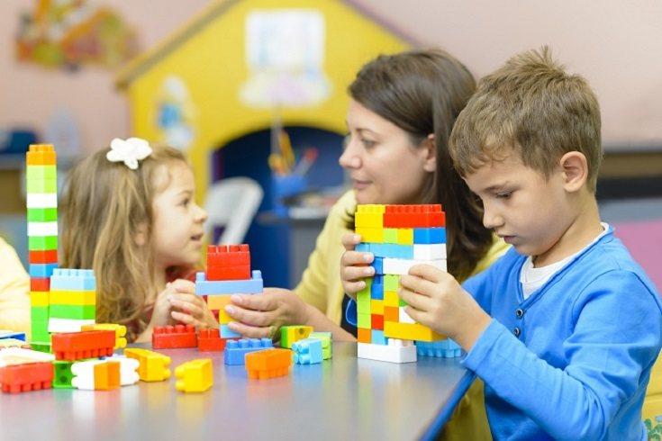 Cuando los niños tienen menos de tres años es normal que tengan un juego más solitario