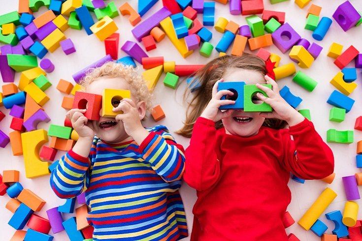 El niño que tiene muchos juguetes ve afectada negativamente su actual y futura identidad como persona