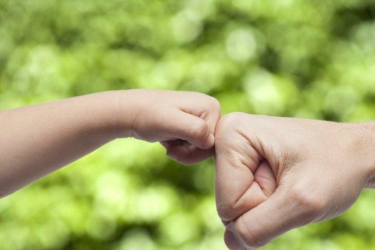 Para ayudar a un adolescente a superar sus altibajos emocionales, ayúdale a identificar sus sentimientos