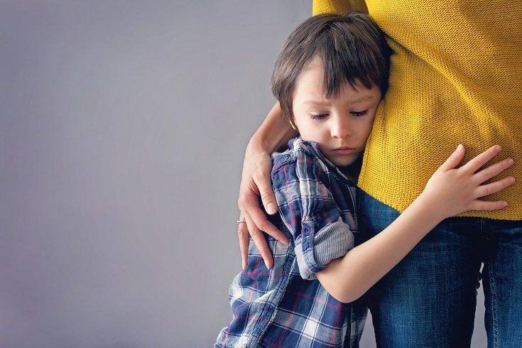 Un niño que no ha recibido la atención adecuada, el amor y el apoyo de los padres puede mostrar depresión