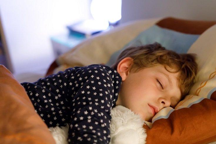 Establecer el estado de ánimo durante el sueño puede ayudar a preparar a tu pequeño para la cama