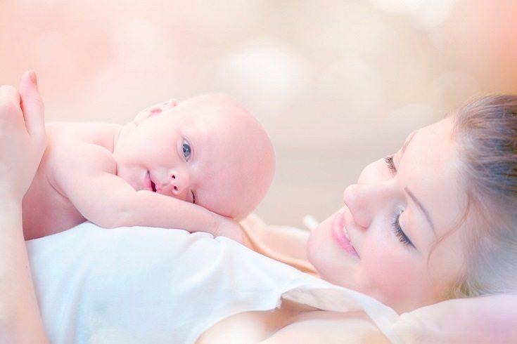La comunicación no verbal fluye de dos maneras entre un recién nacido y una madre