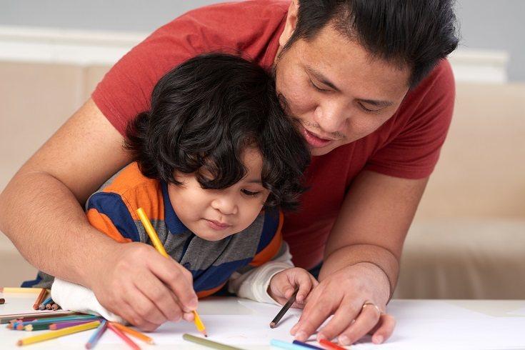 El estilo de paternidad de Concentración Emocional de Roe podría manifestarse como un padre cariñoso