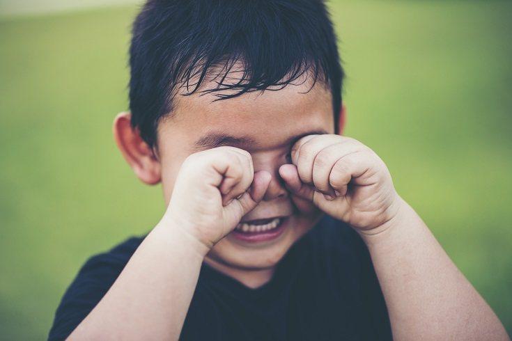La mayoría de las veces los golpes que se pegan los niños en la cabeza suelen ser leves