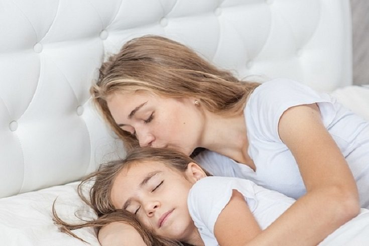 Quedarse dormido junto al hijo es un acto de amor incuestionable