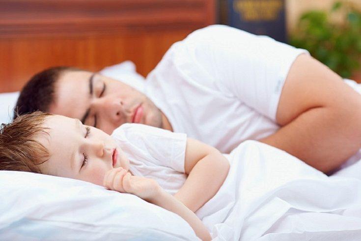 Muchos padres solo tienen que estar ahí para que el niño se relaje y concilie el sueño