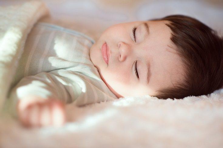 Si el niño se queda dormido plácidamente en la cama de su habitación el padre podrá levantarse
