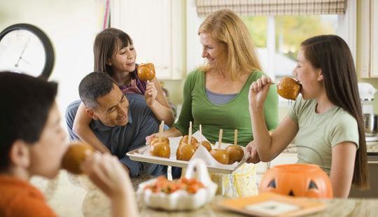 Familia celebrando Halloween