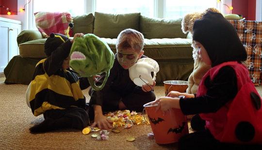 Niños contando los caramelos que han conseguido pidiendo de casa en casa