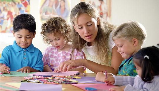 Niños pintando en la guardería