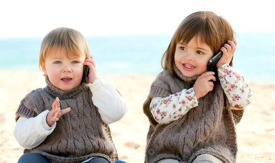 Bebés hablando por el móvil