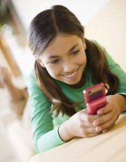 Niña escribiendo un SMS