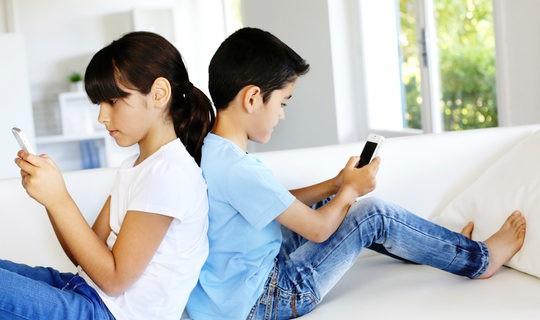 Niños jugando con el móvil