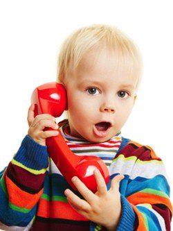 Niño de tres años hablando por teléfono