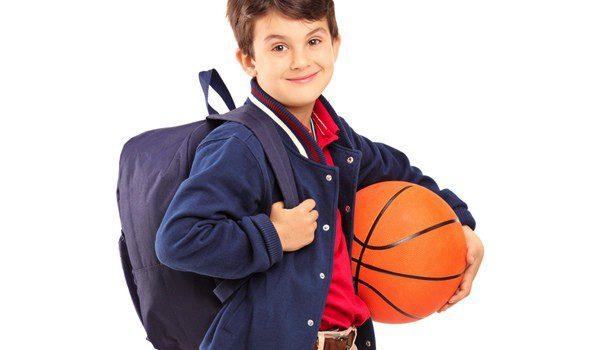 Niño con una mochila y un balón de baloncesto