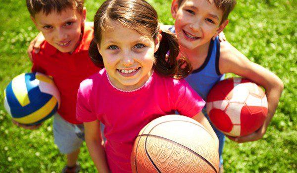Niños con balones de baloncesto