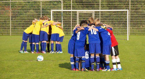 Dos equipos de niños minutos antes de comenzar el partido