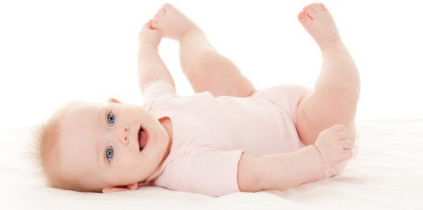 Bebé muy feliz jugando con su pie