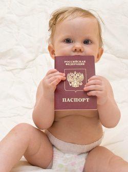Bebé con su pasaporte