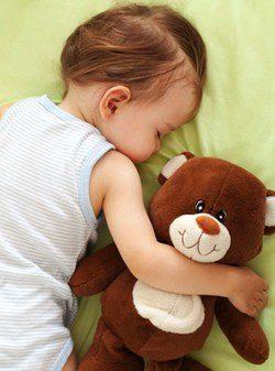 Bebé durmiendo con osito