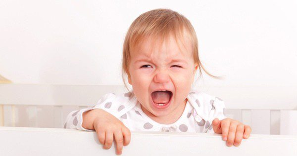Bebé llorando en una cuna