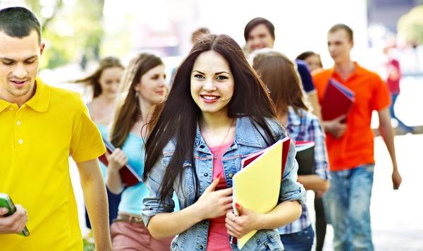 Jóvenes a la salida de los exámenes de Selectividad