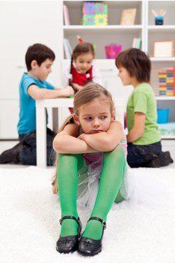 Los niños autistas tienen la falta de juegos sociales e imaginativos