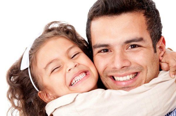 Hija abrazando a su padre
