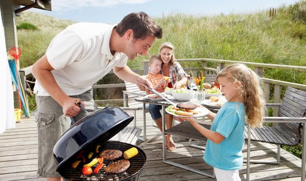 Comida familiar al aire libre para celebrar el día del padre