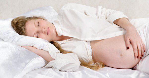La postura más idónea para dormir durante el embarazo es de lado