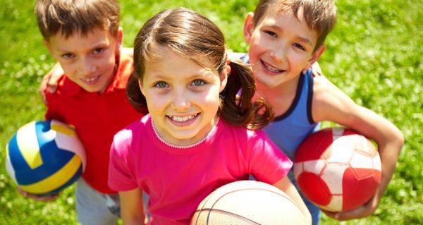 Niños practicando deporte al aire libre