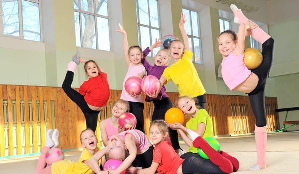 Grupo de niñas en una clase de gimnasia