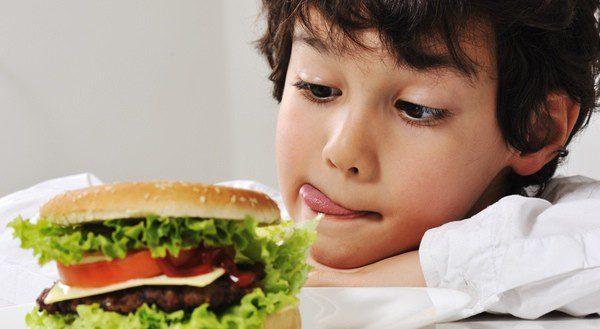 Niños merendando una hamburguesa