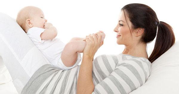 Una madre juega con su hijo