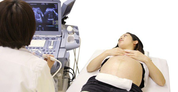Mujer embarazada haciéndose la última ecografía antes del parto