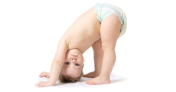 Bebé intentando ponerse de pie
