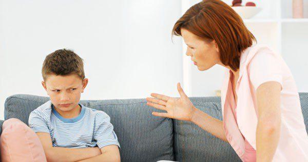Madre discutiendo con su hijo