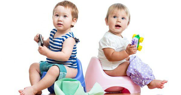 Niños usando orinal