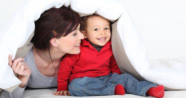 Madre y niño en la cama