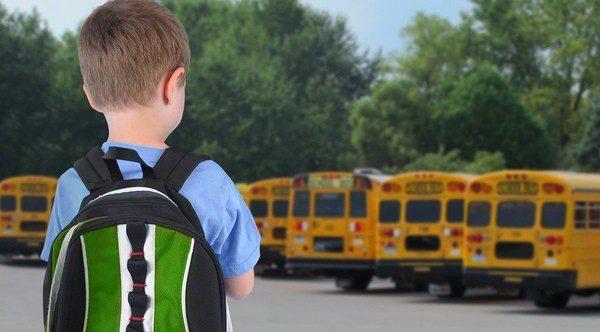 Como padres, debemos controlar el peso de las mochilas de nuestros hijos
