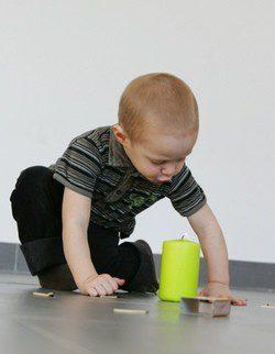 Niño jugando con cerillas